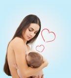 Glückliche Mutter, die ihr entzückendes Baby einzieht Lizenzfreies Stockbild