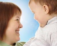 Glückliche Mutter, die ihr Kind betrachtet Stockbild