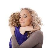 Glückliche Mutter, die ihre Tochter umarmt Stockfotos