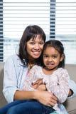 Glückliche Mutter, die ihre Tochter umfaßt Lizenzfreie Stockbilder