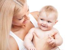Glückliche Mutter, die lächelndes Kind hält Lizenzfreies Stockfoto