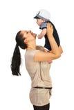 Glückliche Mutter, die mit ihrem Baby spielt Stockfotos