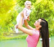 Glückliche Mutter, die mit Kind spielt Stockfotos