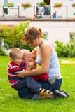 Glückliche Mutter, die mit Kindern spielt Stockfoto