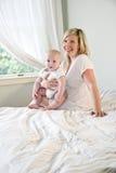Glückliche Mutter, die nettes Schätzchen anhält Stockfotos