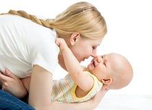 Glückliche Mutter, die Spaß mit ihrem Baby hat Stockbilder