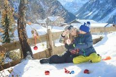 Glückliche Mutter ist, verzierend spielend und für Weihnachten mit einem Kind Stockbilder