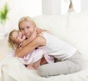 Glückliche Mutter mit einer Tochter stockbilder