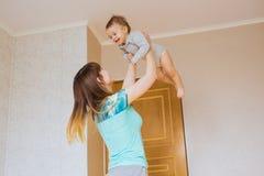 Glückliche Mutter mit entzückendem Baby zuhause lizenzfreie stockbilder