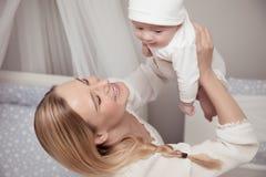 Glückliche Mutter mit ihrem Baby Lizenzfreie Stockfotos
