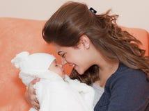 Glückliche Mutter mit ihrem Kind stockbilder