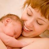 Glückliche Mutter mit ihrem neugeborenen Schätzchen lizenzfreie stockfotos