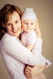 Glückliche Mutter mit ihrem Schätzchen Lizenzfreie Stockfotografie