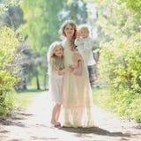 Glückliche Mutter mit ihren Töchtern Stockfotos