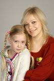 Glückliche Mutter mit ihrer Tochter stockfotos