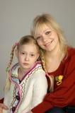 Glückliche Mutter mit ihrer Tochter stockbild
