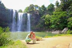 Glückliche Mutter mit ihrer Tochter draußen Whangarei Fälle, Neuseeland lizenzfreies stockfoto