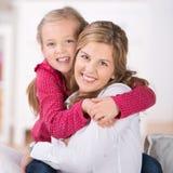 Glückliche Mutter mit junger Tochter Lizenzfreie Stockfotografie