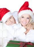 Glückliche Mutter mit kleinem Sohn im Sankt-Helferhut Lizenzfreie Stockbilder