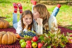 Glückliche Mutter mit kleiner Tochter im Herbstpark Lizenzfreie Stockbilder