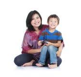 Glückliche Mutter mit lächelndem Jungen Stockfoto