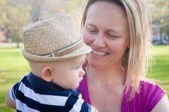 Glückliche Mutter mit nettem Baby lizenzfreies stockbild