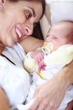 Glückliche Mutter mit neugeborenem Schätzchen Stockfotos