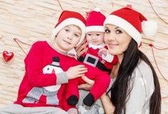 Glückliche Mutter mit Söhnen in Sankt Lizenzfreie Stockbilder