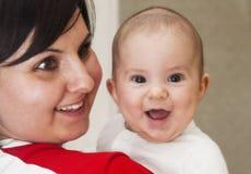 Glückliche Mutter mit Schätzchen Lizenzfreie Stockfotografie