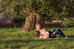 Glückliche Mutter mit Tochter stockfoto