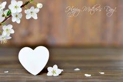 Glückliche Mutter-Tageskarte mit Frühlingsblumen und dekorativem Herzen Stockbilder