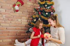 Glückliche Mutter und das doughter, die Spaß hat und öffnen ihre Geschenke für Lizenzfreies Stockbild