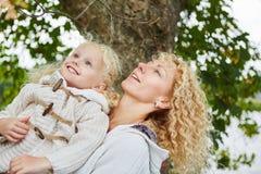 Glückliche Mutter und daugther Stockfotografie