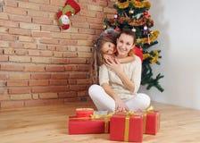Glückliche Mutter und doughter, die Spaß und Freude an der Weihnachtszeit hat Stockbild