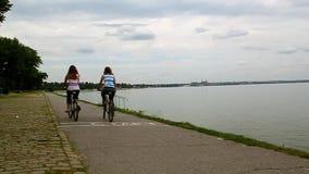 Glückliche Mutter- und Erwachsentochterreitfahrräder stock video footage