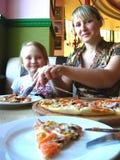 Glückliche Mutter und ihr Kind in der Pizzeria Stockbild