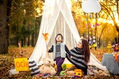 Glückliche Mutter und ihr kleiner Sohn, die im Park spielt Lizenzfreie Stockfotos