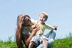 Glückliche Mutter und ihr kleiner Sohn draußen Stockfotos