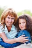 Glückliche Mutter und ihre kleine Tochter Stockbild