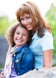 Glückliche Mutter und ihre kleine Tochter Stockbilder