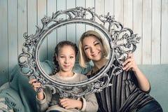 Glückliche Mutter und ihre kleine Tochter Stockfotos