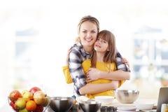 Glückliche Mutter und ihre nette Tochter Lizenzfreies Stockfoto