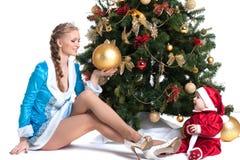 Glückliche Mutter und Kind, die in den Weihnachtskostümen aufwirft Lizenzfreie Stockbilder