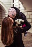 Glückliche Mutter und Kind, die, kichernd spielt und lachen stockbild