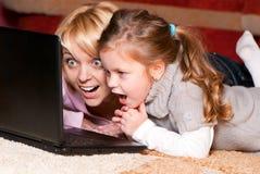 Glückliche Mutter und Kind mit Laptop-Computer Lizenzfreies Stockbild