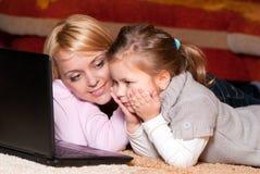 Glückliche Mutter und Kind mit Laptop-Computer Stockfotos