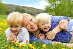 Glückliche Mutter und Kinder, die draußen spielen lizenzfreie stockfotografie
