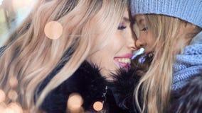 Glückliche Mutter und kleine hübsche Tochter, welche die gute Zeit zusammen genießt Weihnachtsfeiertag mit Feuerwerkswunderkerzen stock video