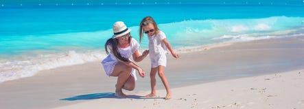 Glückliche Mutter und kleine Tochter haben Spaß während Stockfotos