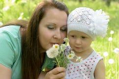 Glückliche Mutter und kleine Tochter im Park Stockbild
